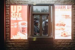 Den Burger King trahado ta hinca colega cu cuchiu