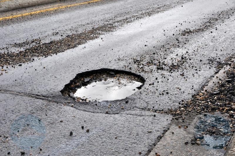 Ontstaan van gaten in de weg tijdens regen niet te voorkomen