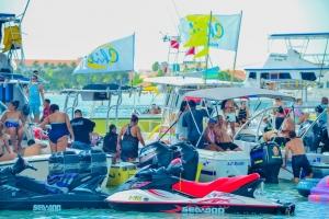 Hopi boto, musica y ambiente den Aruba Boat Fest di Chill