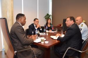 Consul Venezolano y minister di Husticia a toca tema di Venezolanan bishitando Aruba