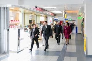 Eerste officiële bezoek Gouverneur Boekhoudt aan luchthaven