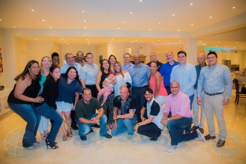 Kiwanis na Aruba a entrega 'zippie voyage stroller' na baby Zia