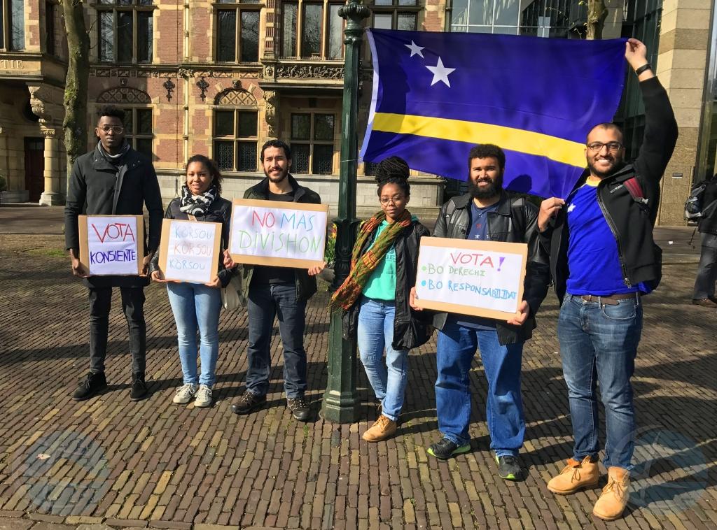 Grupo di studiante di Corsou na Hulanda a protesta na Den Haag