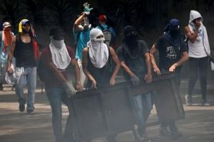 Dos morto y decenas di heridos den manifestacionnan na Venezuela