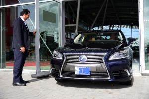 Gobernador di Aruba a ricibi su di 10 auto marca Lexus