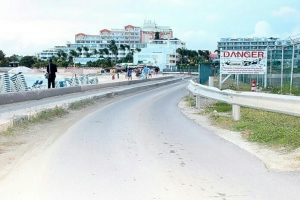 Forza di motor di avion na aeropuerto di St Maarten a benta turista abou y mate