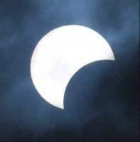 Eclipse solar dialuna observa na Aruba lo ta uno parcial