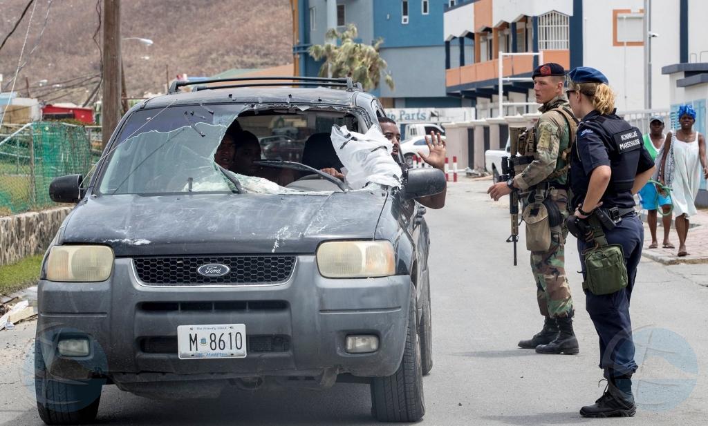 Militarnan a tuma control di St Maarten pa sigura orden publico