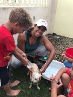 Hopi mucha conscientisa durante Dog Wash di Animal Care Clinic y Kids@ work