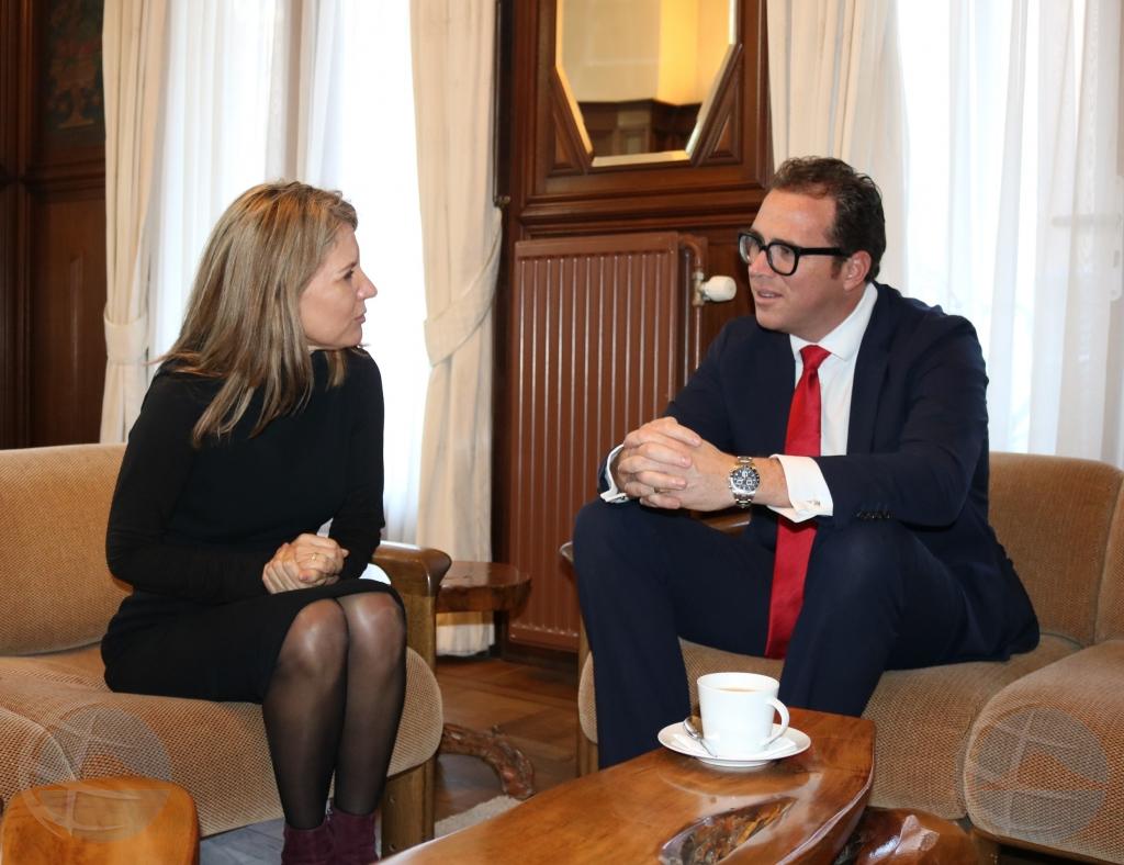Minister Yrausquin a felicita Milly Schwengle cu su funcion di Staatsraad