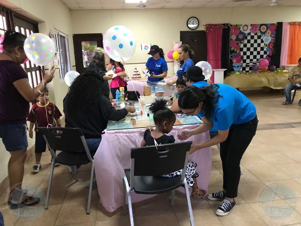 Muchanan di Sonrisa a pasa bon durante e proyecto 'Pasa Pret cu Rotaract'