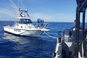 Polis maritimo a rescata boto y tripulante