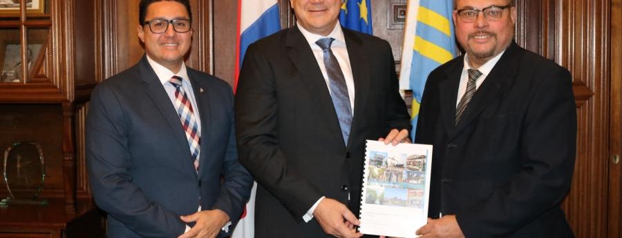Gobernador Alfonso Boekhoudt a ricibi relato durante su bishita na Cas di Aruba