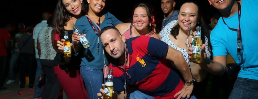 Hopi ta disfrutando di 2 ora di happy hour di Balashi y Chill