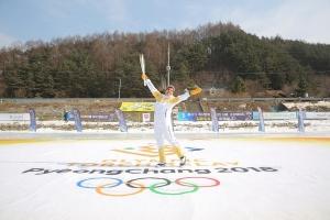 Arubiano Nicole Hoevertsz a core cu antorcha olimpico na Sur Korea