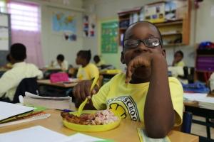 Cruz Cora ta entrega 500,000 cuminda na muchanan di St Maarten afecta pa horcan