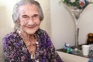Señora Rie van Gaalen a cumpli e bunita edad di 100 aña