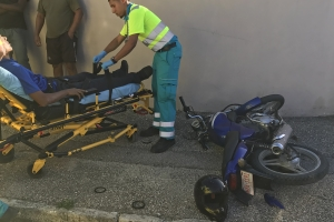 Accidente entre auto y brommer na Dakota