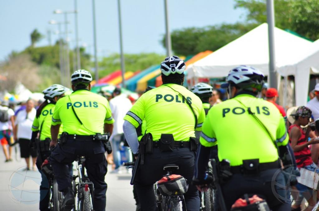 Polis lo kita stul y banki poni riba ruta di carnival prome cu tempo