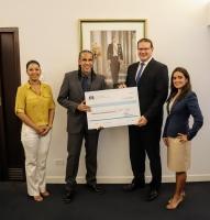 Gobernador Boekhoudt a entrega check na fundacion Frank Polanco