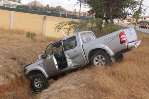 Accidente na Macuarima ta laga un pickup den greppel