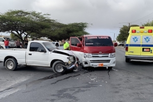 Accidente entre autobus y pickup pa falta di preferencia