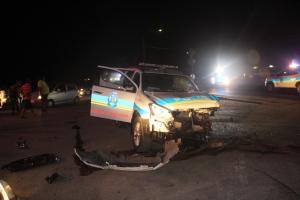 Auto a sali dilanti auto di polis cu luz y sirena y causa accidente