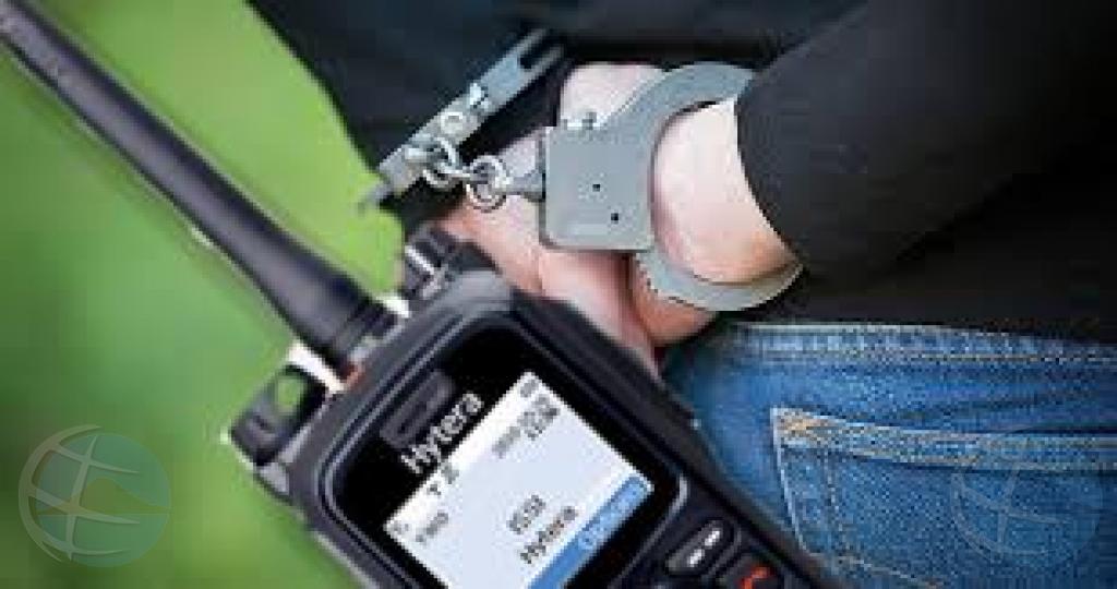 Polis sub inspector y un civil deteni pa asunto di radio