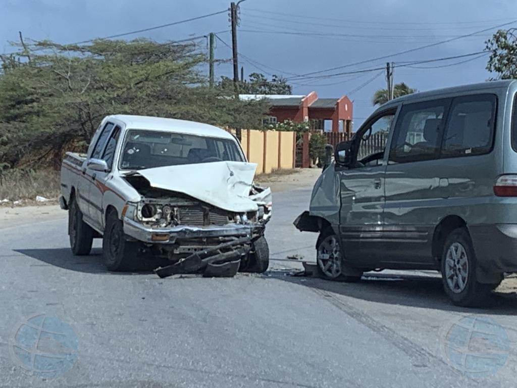 Dos auto a dal den otro semi frontal na Seroe Janchi