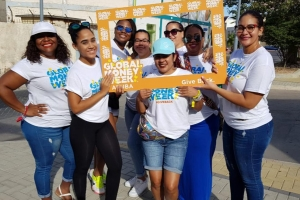 Banco di Caribe, Ennia y Kiwanis Club of Aruba cu donacion opa Global Money Week