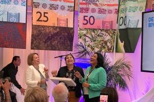 Banco Central di Aruba a revela e placa di papel nobo