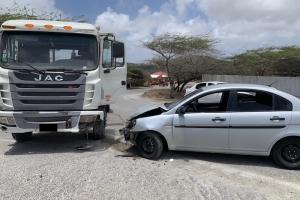 Truck y auto a dal den otro na Calabas