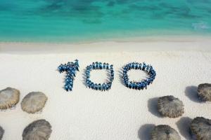 Hilton Aruba ta celebra su di 100 aña di hospitalidad