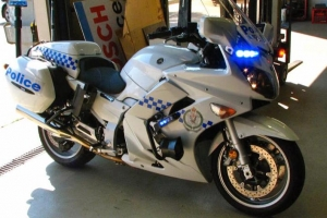 Polis a ricibi 3 motorcycle estilo Yamaha pa nan unidad motoriza