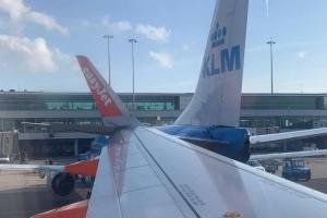Dos avion a 'dal' den otro na aeropuerto di Schiphol