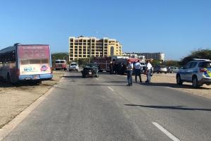 Auto ta pone bus di Arubus perde control y dal otro auto na Malmok