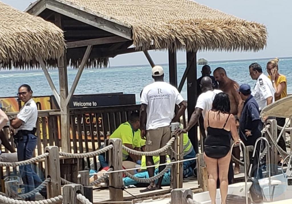 Turista ta hoga na altura di Renaissance Island