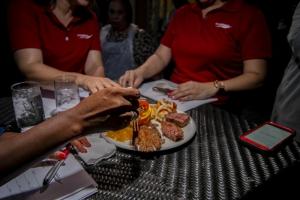 Aruba Bank a celebra Dia di Prensa cu 'Holy Smokes BBQ'