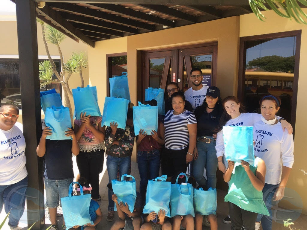 Kiwanis Club of Aruba su proyecto 'smile makers' a cuida sonrisa di varios mucha