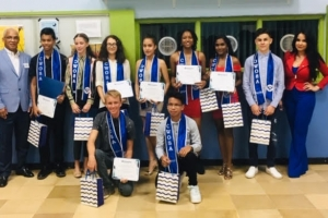 Kiwanis Club of Aruba duna reconocimento na 9 studiante di Colegio Arubano