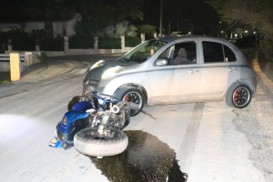 Auto y brommer den accidente na Sabana Blanco