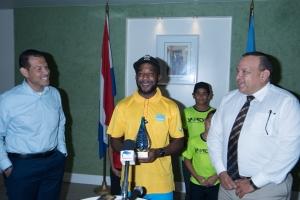 Mientras Jonathan Busby a bolbe Aruba, a invita Braima Dabo tambe