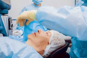 ImSan a cuminsa realisa operacionnan di catarata y pronto di retina