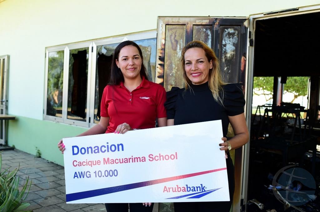 Aruba Bank a haci donacion na Cacique Macuarima School