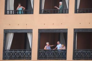 Turistanan den cuarentena den hotel na Tenerife pa coronavirus