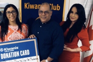 Kiwanis club of Aruba cu donacion na fundacion encarga cu cuminda pa mucha