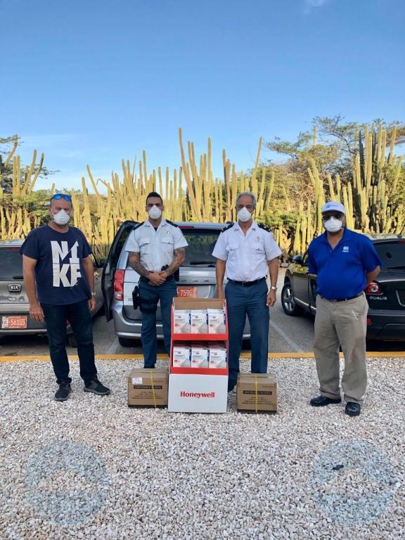 Cuerpo policial a ricibi mondkapjes, wipes y cuminda como donacion