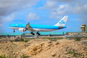 KLM cla pa cuminsa buelonan comercial pa islanan ABC atrobe
