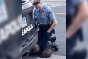 Polisnan a keda deteni, acusa cu asesinato di George Floyd