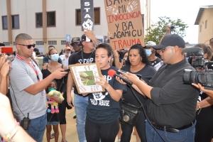 Grupo grandi di ciudadano a protesta contra abuso di mucha